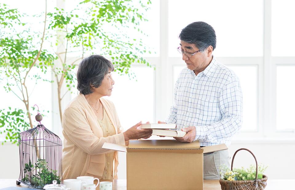 荷物を整理する夫婦